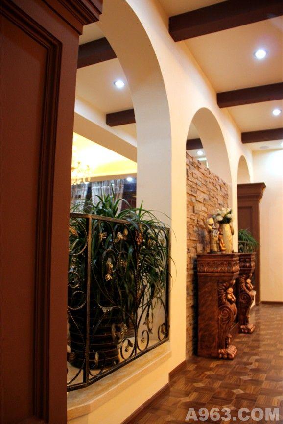 本案设计采用了欧式设计风格,在材质上使用了水晶吊灯,金箔漆和木梁