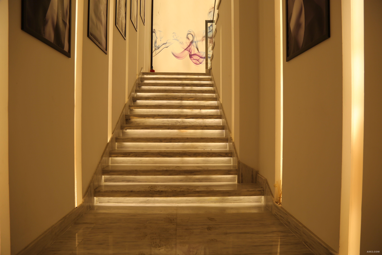 沈阳yt美发店走廊的设计是以时光隧道为依据,充分展示企业多年来在