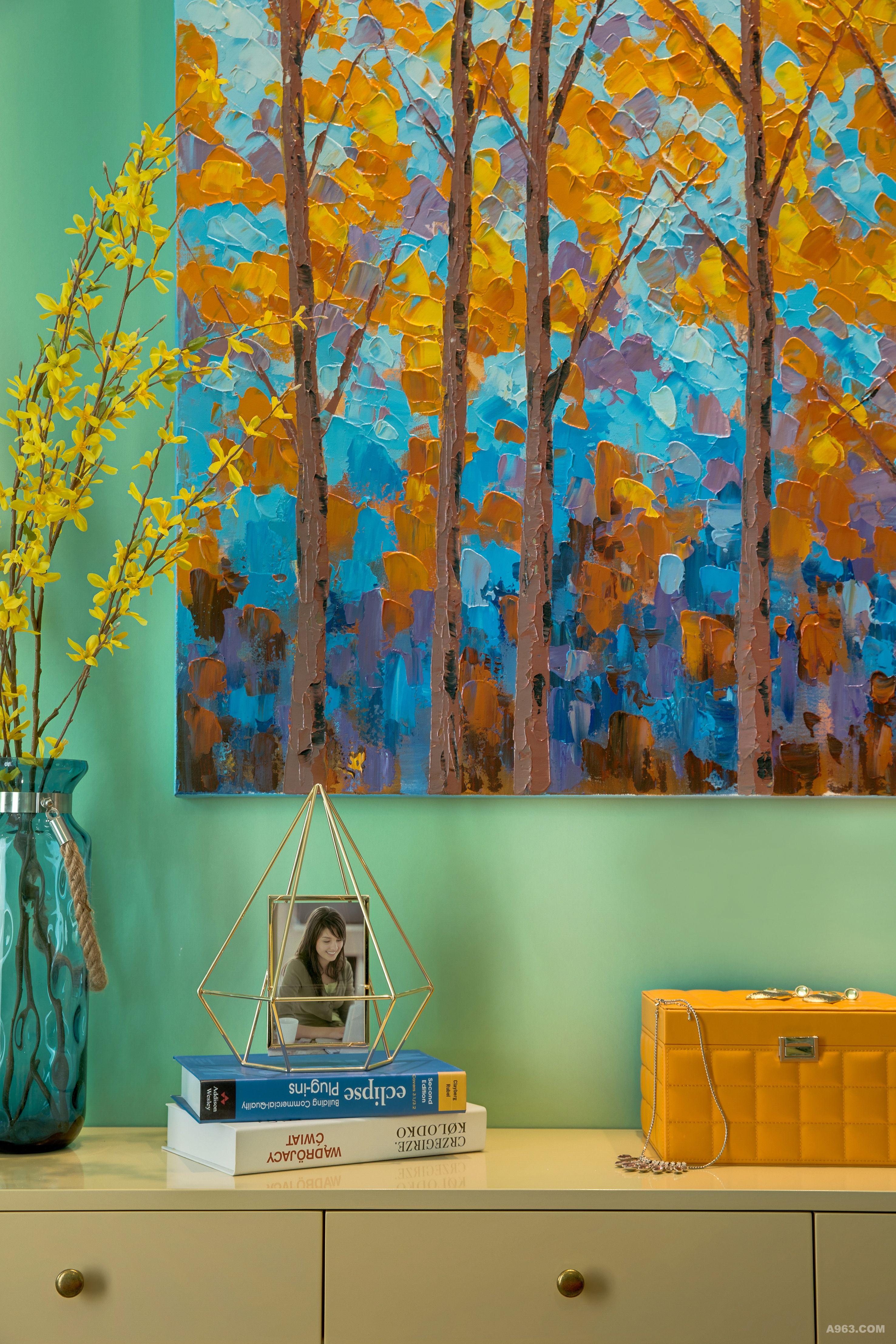 一瓶花,一幅画,几本书,一个独特的收纳。生活,就是多彩的光影,也是独自成景的悠扬。