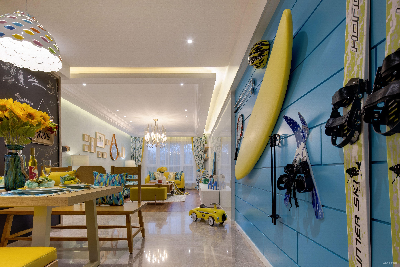 酷爱运动的男主人公,将运动设备置于蓝色似海洋的背景墙,仿佛在家里也能来一场夏日的冲浪。
